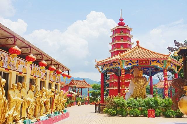 Có rất nhiều bức tượng ở Ten Thousand Buddhas Monastery