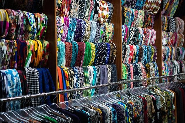 Vải vóc ở khu mua sắm này rất đa dạng về chủng loại và màu sắc