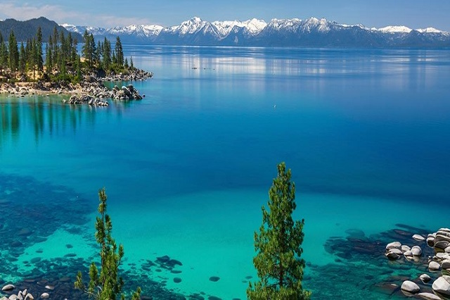 Hồ Tahoe có dòng nước xanh trong như ngọc bích, nằm êm đềm soi bóng những rừng thông xanh ngút ngàn xa tắp