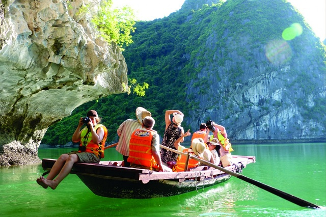 Đến vịnh Lan Hạ du khách có thể trải nghiệm chèo thuyền tham quan quanh các hòn đảo nhỏ