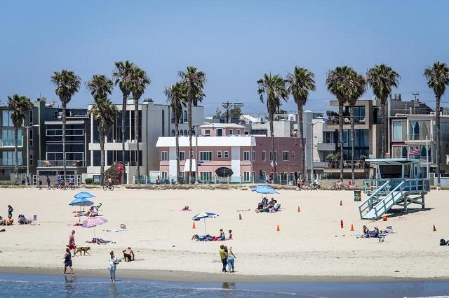 Đông đảo du khách lựa chọn bãi biển Venice để nghỉ mát khi đến Los Angeles