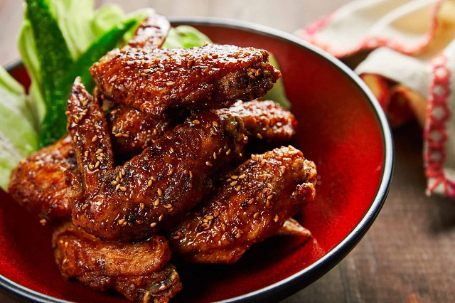 Tebasaki là một món gà rán giòn nổi tiếng, có vị cay cay, đậm đà hấp dẫn