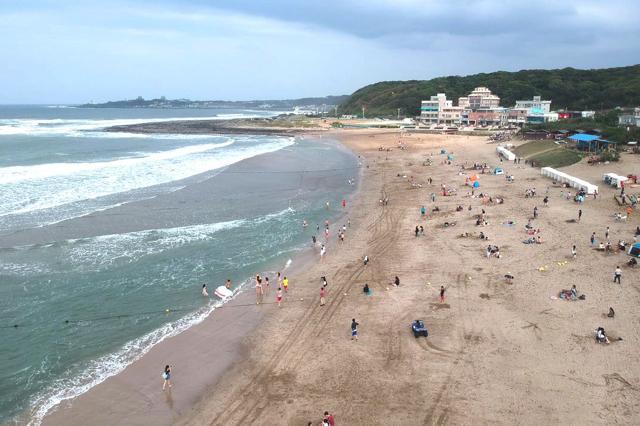Bãi biển này cũng là nơi thu hút khá nhiều du khách ghé thăm mỗi năm
