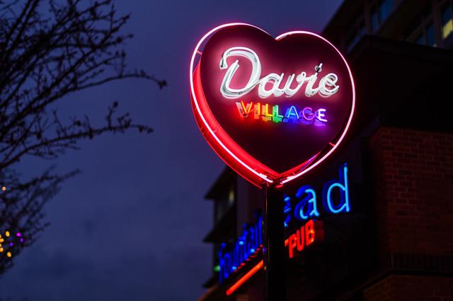 Nằm trong khu phố West End, Davie Village là ngôi nhà thân thiện của cộng đồng LGBT Vancouver