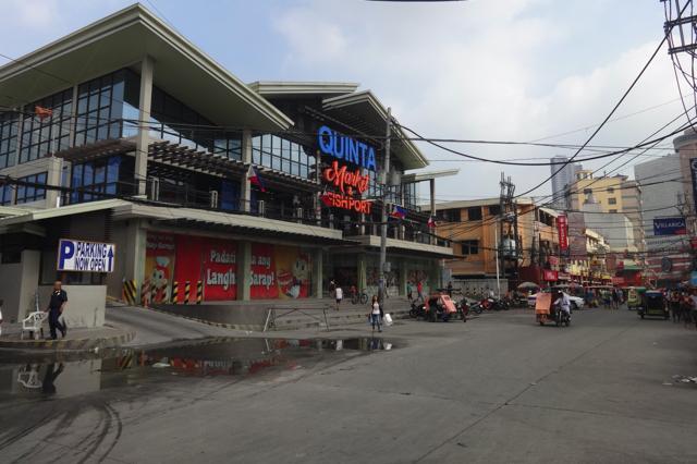 Chợ Quinta hiện nay là một kiến trúc 2 tầng với các sản phẩm buôn bán vô cùng đa dạng