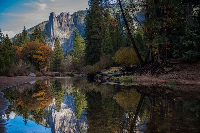 Khu cắm trại Lower Pines có view bờ sông thơ mộng