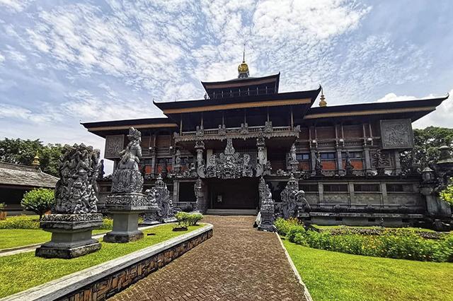 Bên trong Taman Mini Indonesia Indah có nhiều công trình kiến trúc nổi bật