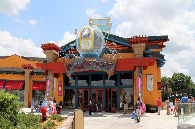 Downtown Disney Marketplace có nhiều cửa hàng thu hút khách