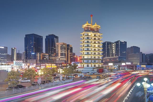 Ban đêm toà tháp được thắp đèn chiếu sáng lấp lánh, nổi bật hẳn một góc trời