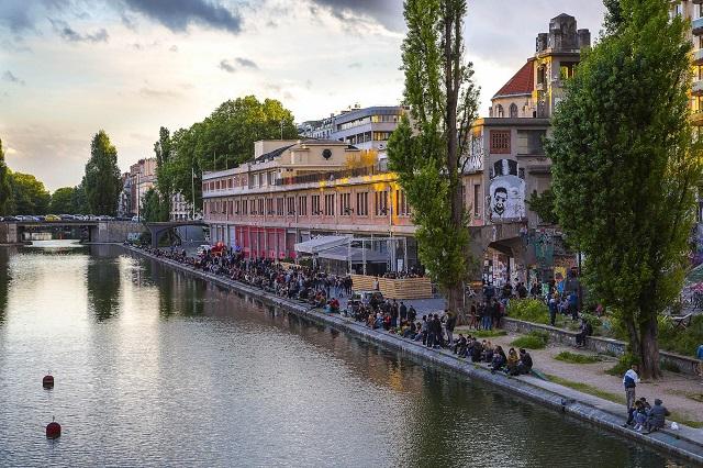 Dọc bờ sông là điểm ngắm cảnh tuyệt đẹp mà bạn không nên bỏ lỡ